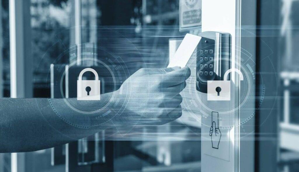 Pessoa acessando condomínio com sistema de segurança