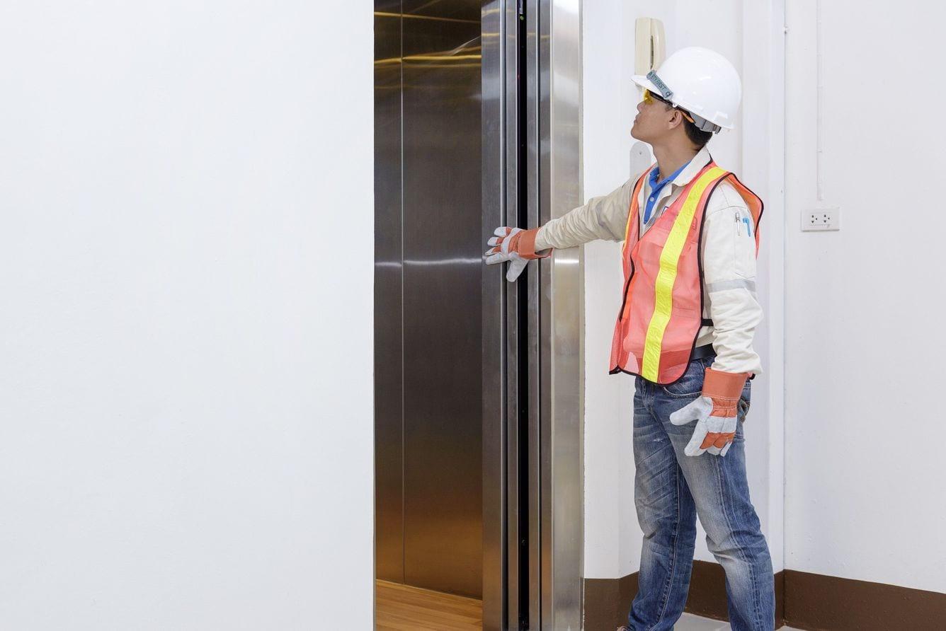 profissional fazendo manutenção de condomínios