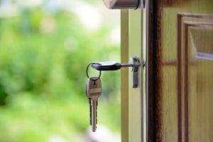 Chave em fechadura de casa comprada por processo de venda de imóvel financiado